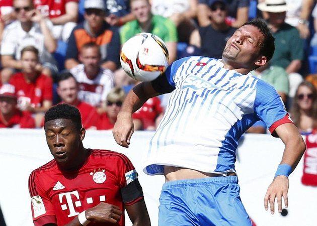 Kevin Kurányi (vpravo) z Hoffenheimu v souboji s Davidem Alabou z Bayernu.