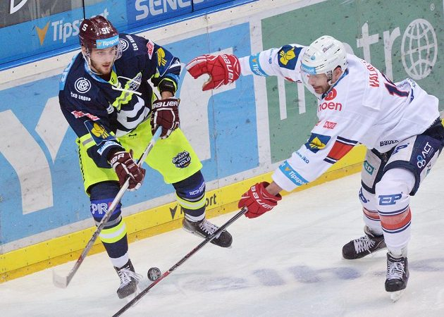 Sparťanský útočník Martin Procházka (vlevo) a chomutovský obránce Juraj Valach v zápase 38. kola hokejové Tipsport extraligy.