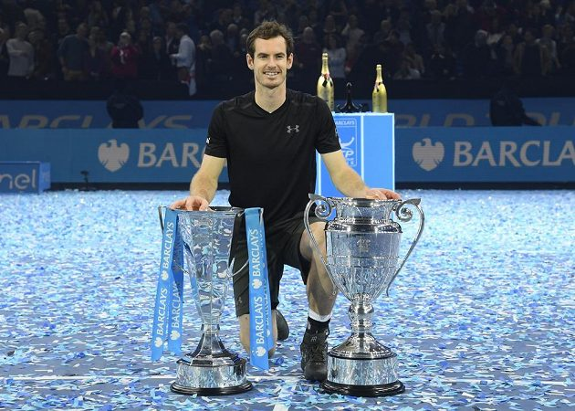 Britský tenista Andy Murray s trofejemi pro vítěze Turnaje mistrů a pro hráče končícího kalendářní rok na pozici číslo jedna.