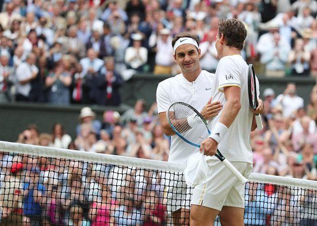 Tomáš Berdych (vpravo) a Švýcar Roger Federer po semifinále Wimbledonu.