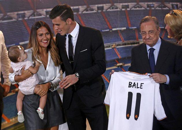 Prezident Realu Madrid Florentino Pérez (vpravo) představuje novou posilu Garetha Balea, jehož doprovodily přítelkyně Emma a dcera Alba.