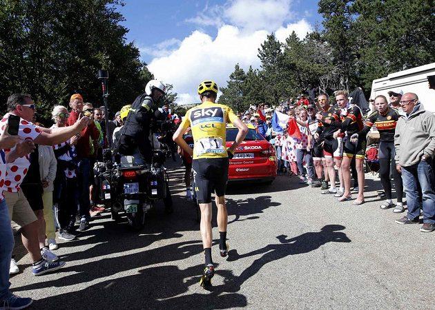 Neobvyklý obrázek - Chris Froome běžel do cíle 12. etapy Tour de France několik desítek metrů bez kola.