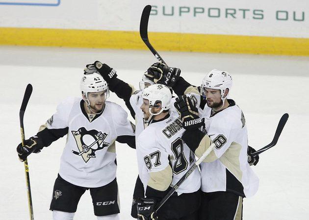 Radost hokejistů Pittsburghu z gólu v šestém finále Východní konference.