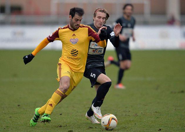 Roger Albiach Néstor (vlevo) z Dukly a jablonecký obránce Matěj Hanousek během úvodního čtvrtfinále MOL Cupu.