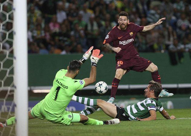 Nahoře barcelonský Lionel Messi, bránit se snaží Fabio Coentrao (dole), zasahuje i brankář Rui Patricio.