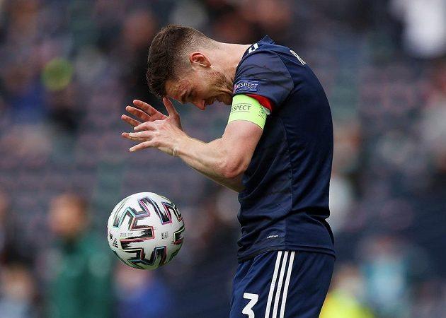 Zklamaný skotský fotbalista Andrew Robertson během zápasu na EURO s Českem.