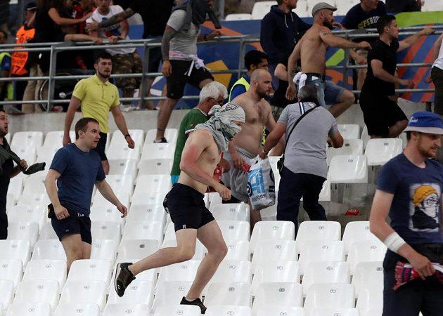 Boj fanoušků Anglie a Ruska probíhal i na samotném stadiónu v Marseille.
