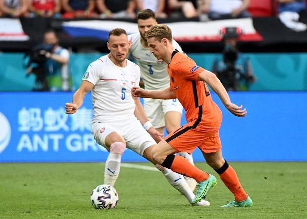 Český reprezentant Vladimír Coufal v akci během osmifinále EURO s Nizozemskem. Obejít se ho snaží Frenkie de Jong Pool.