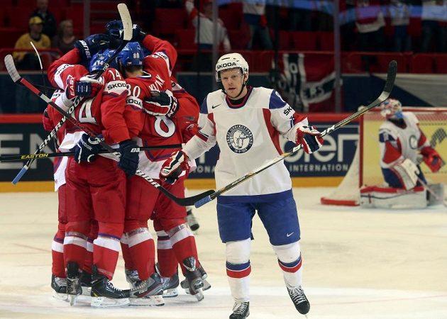 Čeští hokejisté slaví vedoucí gól Tomáše Fleischmanna (14) proti Norsku.