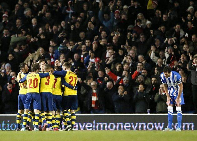 Gól! Hráči Arsenalu gratulují skrytému střelci Tomáši Rosickému.