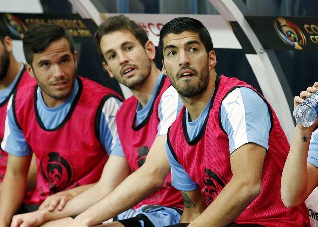 Zraněný útočník Luis Suárez sledoval první vystoupení Uruguaye jen z lavičky náhradníků. Vlevo sedí jeho spoluhráč Álvaro González a uprostřed Cristhian Stuani.