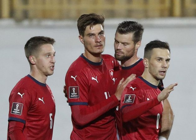Patrik Schick (druhý zleva) poté, co skóroval proti Bělorusku.