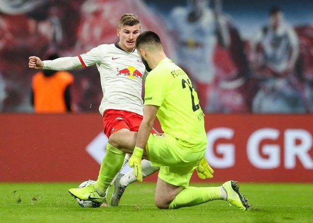 Souboj s fotbalistou Lipska Timeme Wernerem sice český brankář Tomáš Koubek v dresu Augsburgu vyhrál, nakonec ale tři body získal bundesligový lídr z Lipska.