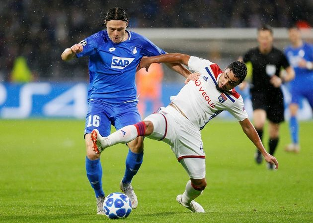 Fotbalista Lyonu Rafael v souboji s Nico Schulzem z Hoffenheimu v utkání Ligy mistrů.