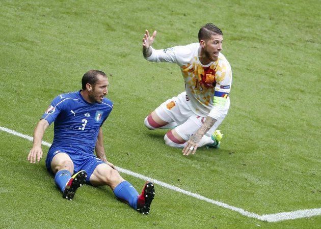 Španělský stoper Sergio Ramos (vpravo) a Ital Giorgio Chiellini.