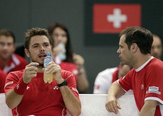 Švýcarský nehrající kapitán Severin Lüthi (vpravo) v rozhovoru s tenistou Stanislasem Wawrinkou.