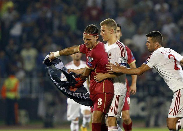Srb Nemanja Gudelj (vlevo) drží albánskou vlajku. Za ním stojí hráč Slavie Bekim Balaj z Albánie.