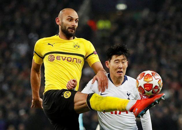 Omer Toprak z Borussia Dortmund v akci s fotbalistou Tottenhamu Sonem v utkání Ligy mistrů.