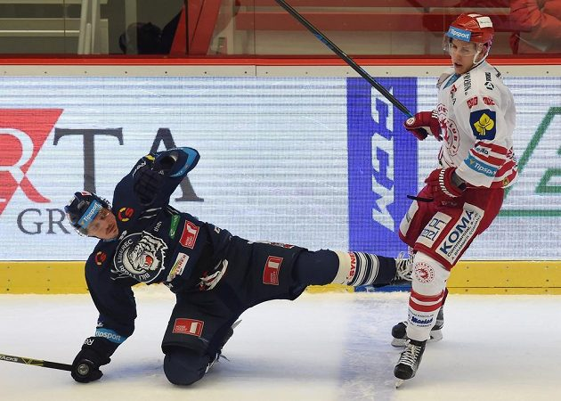 Liberecký obránce Lukáš Derner (vlevo) třinecký útočník Radim Matuš v předehrávce 45. kola hokejové Tipsport extraligy.