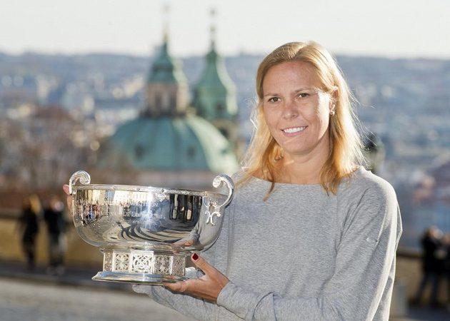 Lucie Hradecká zapózovala s pohárem pro vítězky Fed Cupu.