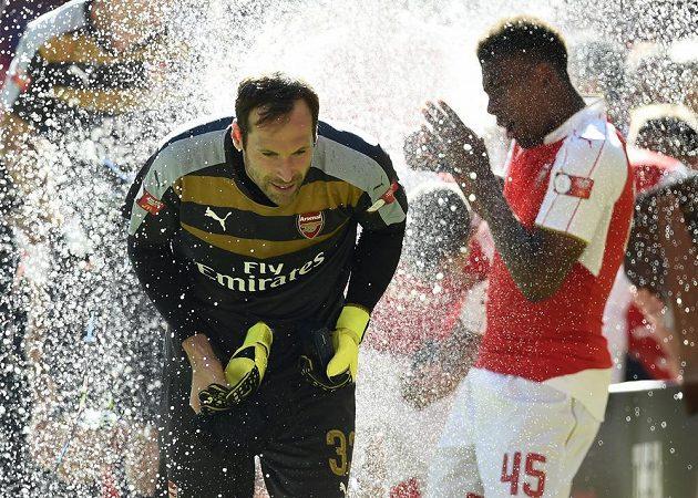 Brankář Arsenalu Petr Čech (vlevo) a Alex Iwobi slaví zisk anglického Superpoháru.