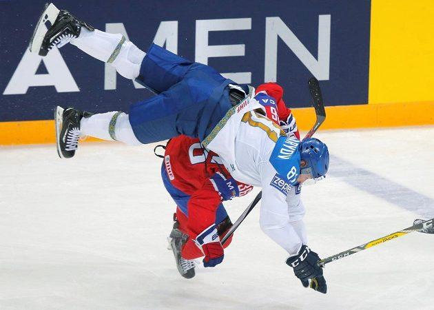 Kazašský hokejista Konstantin Puškarjov a Nor Mats Zuccarello (dole) při srážce během utkání MS.