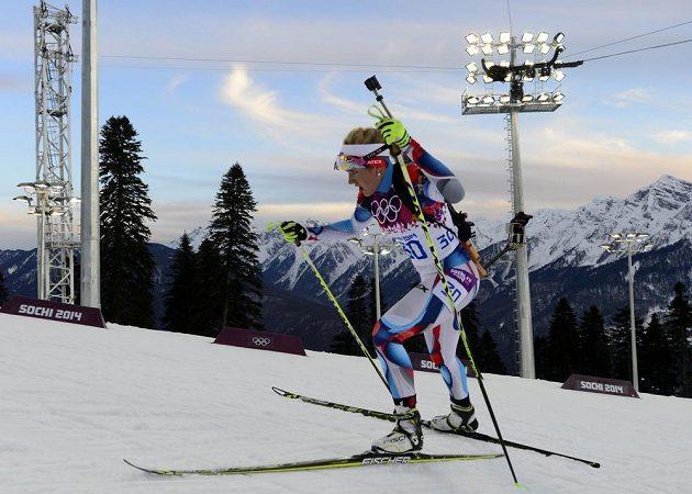 Biatlonistka Gabriela Soukalová na trati intervalového závodu na 15 km.