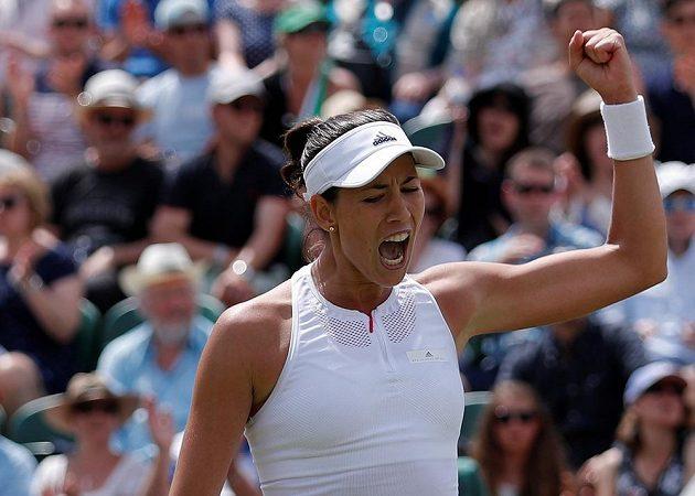 Španělka Garbiňe Muguruzaová se raduje po triumfu nad světovou jedničkou v osmifinále Wimbledonu.