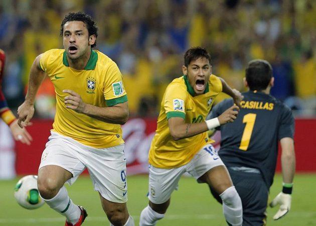 Fred (vlevo) a Neymar z Brazílie se radují z branky ve finále Poháru FIFA proti Španělsku.