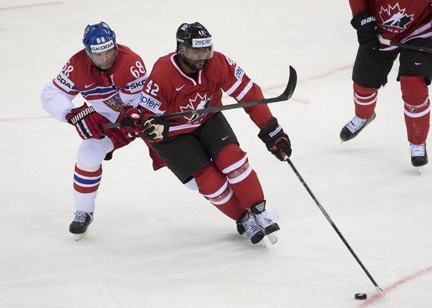 Český útočník Jaromír Jágr (vlevo) a střelec prvního kanadského gólu Joel Ward.