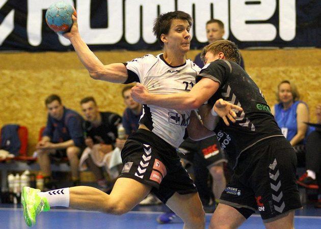 Zleva hráč Plzně Per Vinkelhöfer a hráč Lovosic Jan Landa.