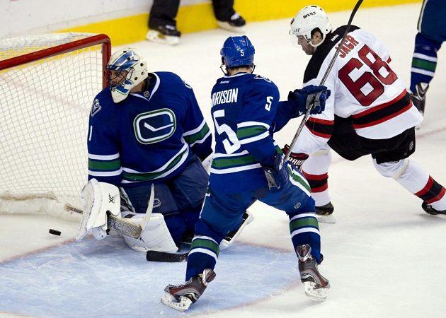 Jaromír Jágr střílí gól do sítě Vancouveru.