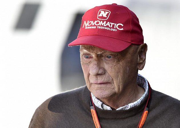 Legenda F1 a čestný prezident Mercedesu Niki Lauda dohlíží na průběh kvalifikace Velké ceny Belgie.