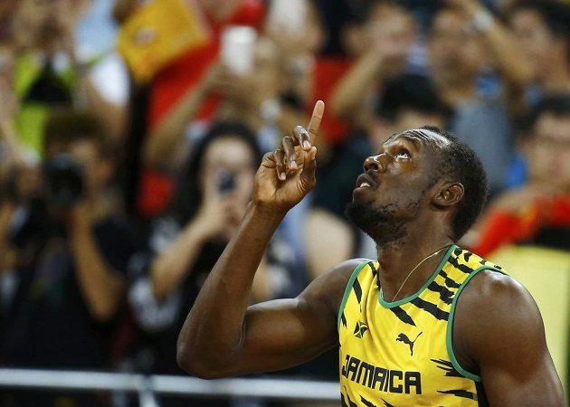 Gestikulace jamajského sprintera Usaina Bolta během rozběhů sprintu na 100 m na MS v Pekingu.