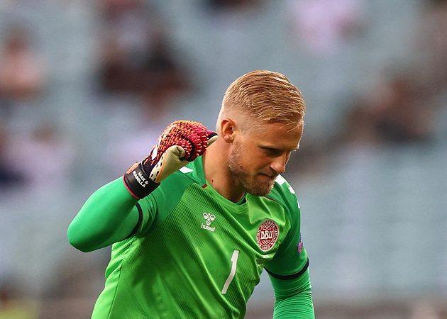 Dánský brankář Kasper Schmeichel slaví poté, co Thomas Delaney překonal ve čtvrtfinále EURO českého brankáře Tomáše Vaclíka.