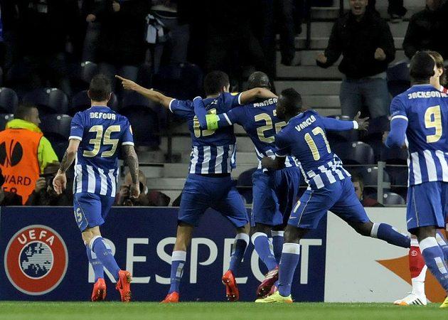 Stoper Porta Eliaquim Mangala (třetí zleva) slaví se spoluhráči gól proti Seville v úvodním čtvrtfinálovém duelu Evropské ligy.