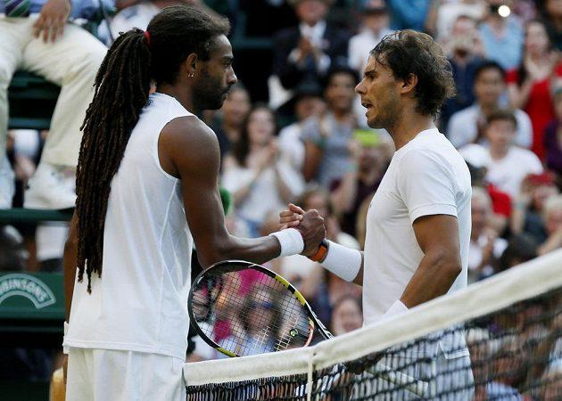Rafael Nadal (vpravo) v tomto roce příliš nezáří, ve Wimbledonu vypadl už ve druhém kole s Němcem Dustinem Brownem.