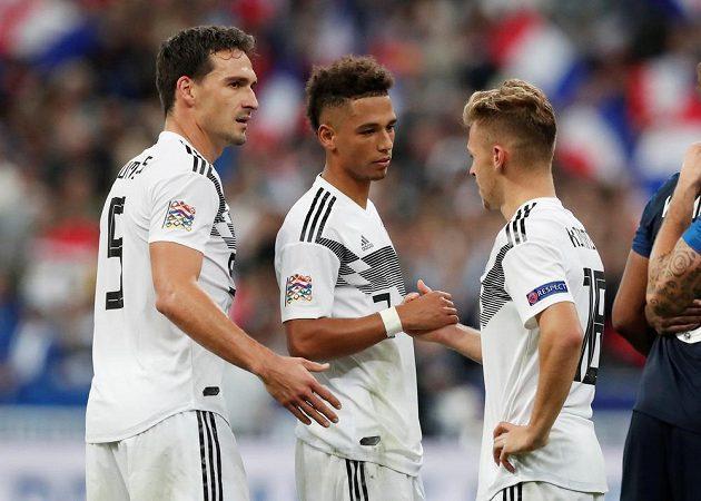 Němečtí fotbaloví reprezentanti Mats Hummels, Thilo Kehrer a Joshua Kimmich po porážce ve Francii v utkání Ligy národů.
