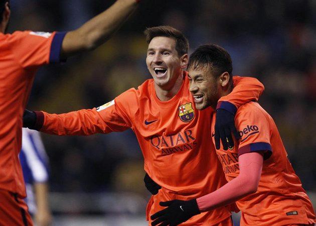 Fotbalisté Barcelony Lionel Messi a Neymar (vpravo) slaví trefu argentinského útočníka na půdě La Coruni.