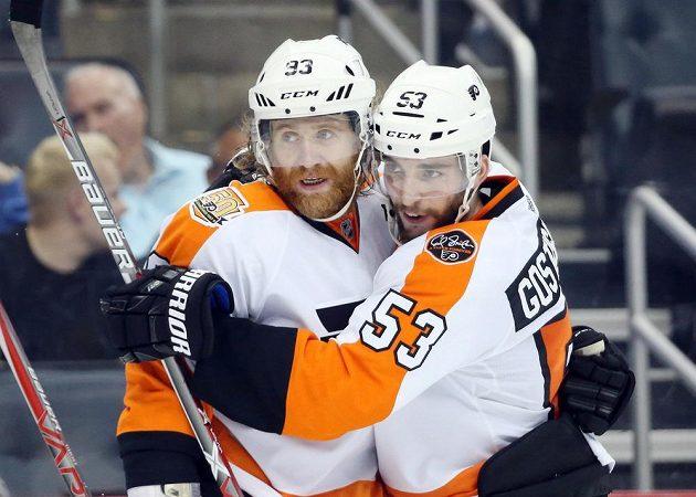 Útočník Philadelphia Flyers Jakub Voráček slaví gól v utkání NHL na ledě Pittsburghu Penguins. Ke gólu mu gratuluje obránce Shayne Gostisbehere. Tým Flyers vyhrál 6:2.