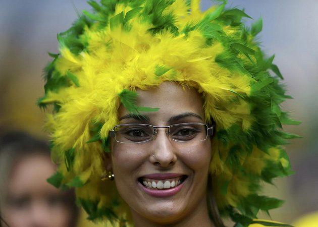 Rozesmátá fanynka brazilských fotbalistů