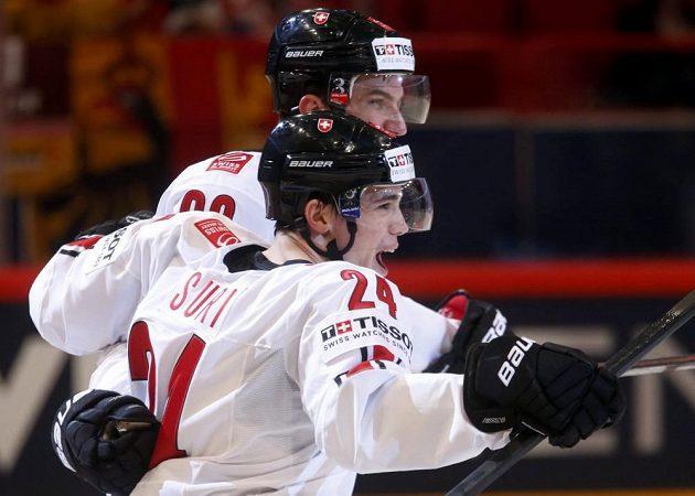 Švýcaři Roman Josi (v pozadí) a Reto Suri slaví vstřelený gól v duelu s Norskem.