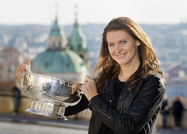 Lucie Šafářová zapózovala s pohárem pro vítězky Fed Cupu.
