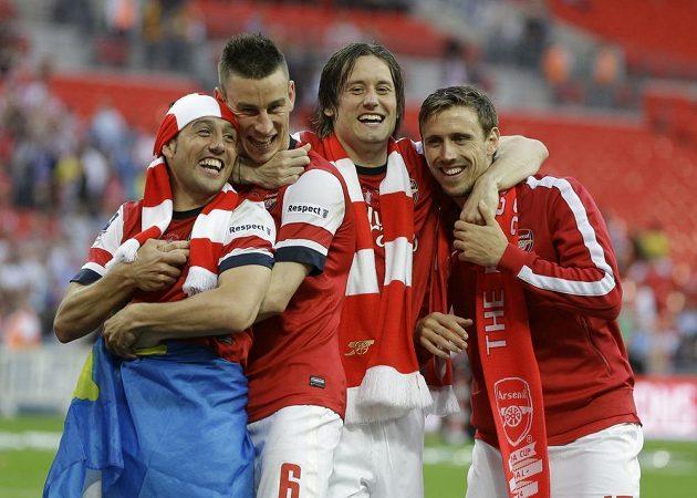 Kapitán české fotbalové reprezentace Tomáš Rosický (druhý zprava) se spoluhráči slaví triumf v FA Cupu.
