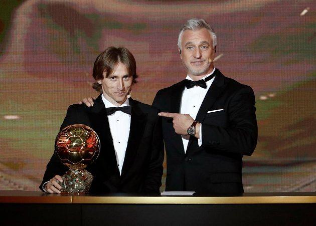 Gesto fotbalové legendy Davida Ginoly je jasné - Zlatý míč získal chorvatský fotbalista Luka Modrič.