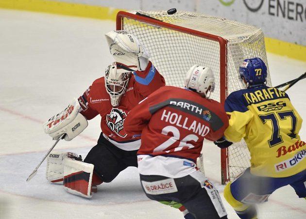 Gólman hokejových Pardubic Ondřej Kacetl, jeho spoluhráč Rhett Holland a Jiří Karafiát ze Zlína v akci před brankou Pardubic v utkání extraligy.