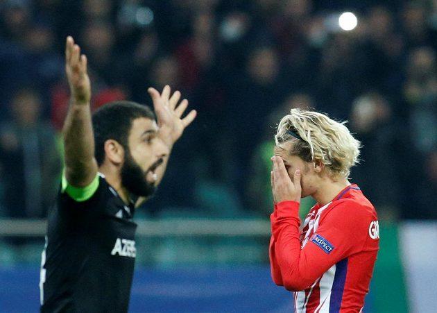 Fotbalisté Karabachu remizovali v Lize mistrů s Atlétikem Madrid. Útočník španělského týmu Antoine Griezmann neskrýval zklamání.
