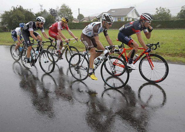 Nejen Blel Kadri (druhý zprava) se musel během osmé etapy Tour de France vyrovnat se silným deštěm.