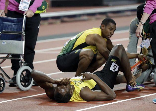 Jamajčan Usain Bolt po pádu ve finále štafety 4x100 m.