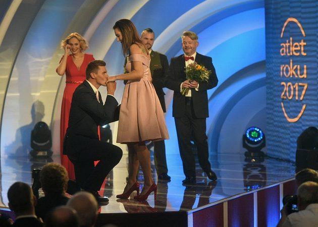 Adam Helcelet na pódiu požádal o ruku Denisu Rosolovou během vyhlašování ankety Atlet roku.